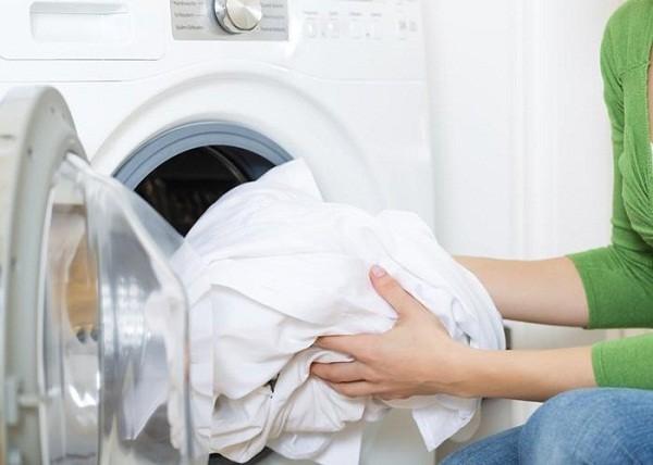 Cách giặt quần áo hàng thùng