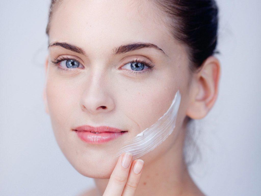 8 cách chăm sóc da mặt trong mùa đông lạnh khô