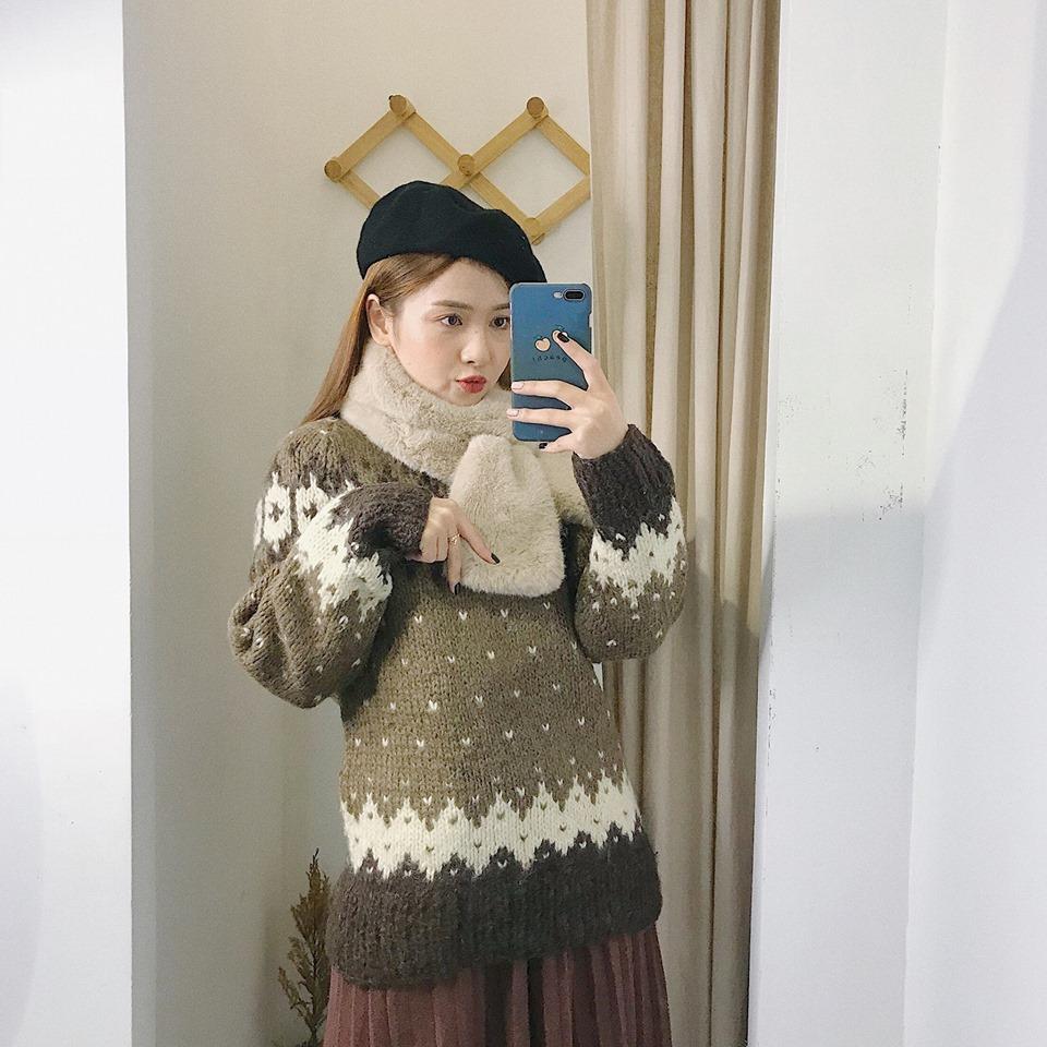 Diện áo len thổ cẩm sao cho thật sành điệu mà không lỗi mốt