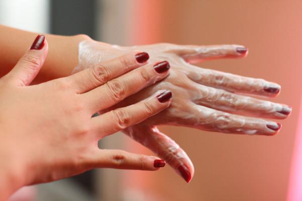 Chăm sóc da tay cho mùa hanh khô sao cho hiệu quả?