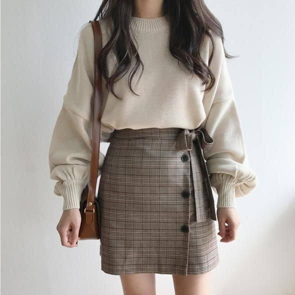 Ngọt ngào và năng động với cách mix áo len với chân váy chữ A dáng ngắn