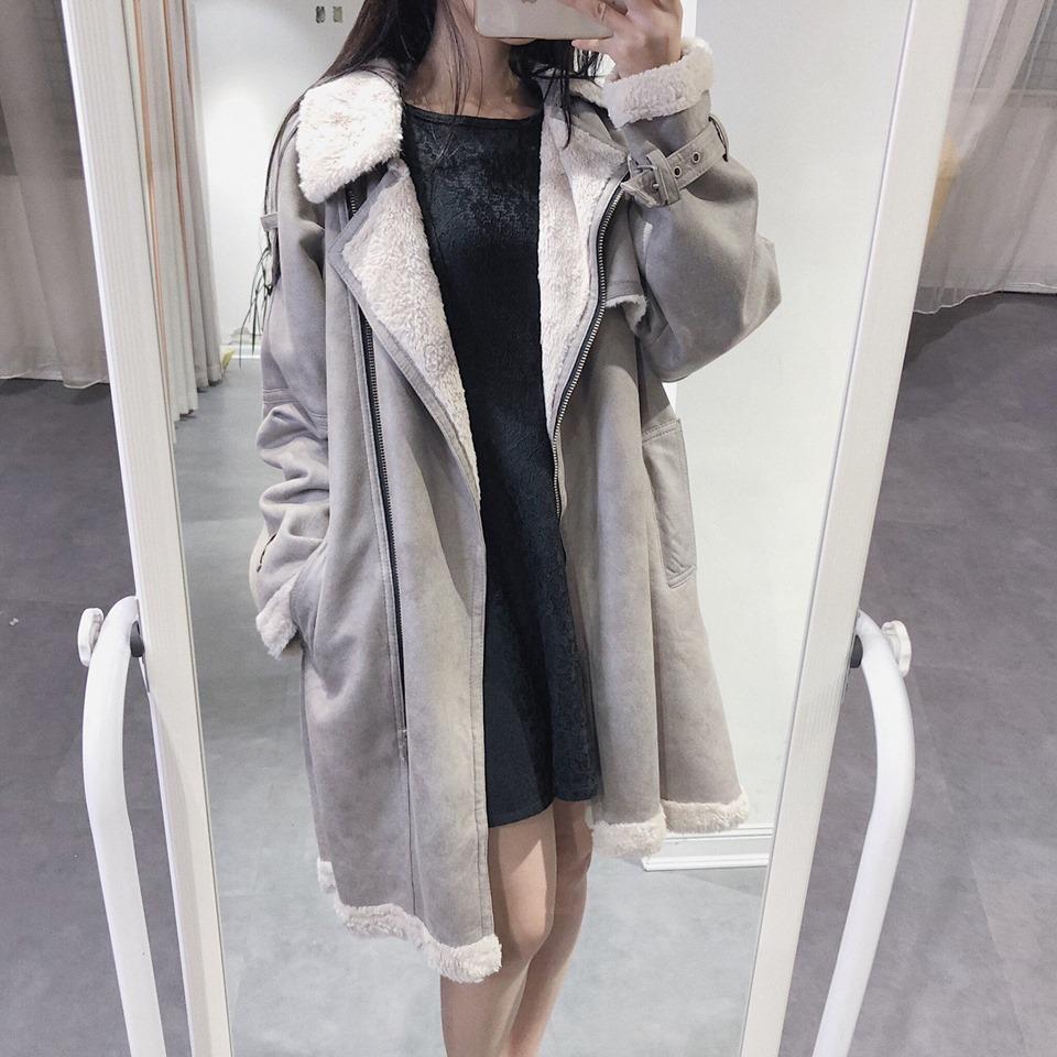 Nổi bật, sang chảnh với áo khoác da lộn dáng dài