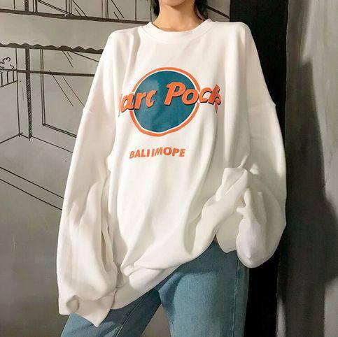 Quần jeans+ áo nỉ, áo hoodie – sự kết hợp cho các cô nàng cá tính