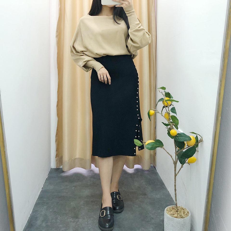 Váy midi đen tuyền – item không bao giờ lỗi mốt của các cô nàng