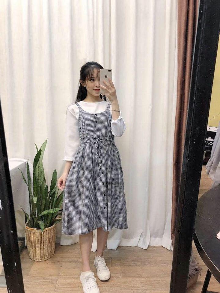 Mix đầm 2 dây và áo thun trắng chuẩn phong cách cô nàng Hàn Quốc