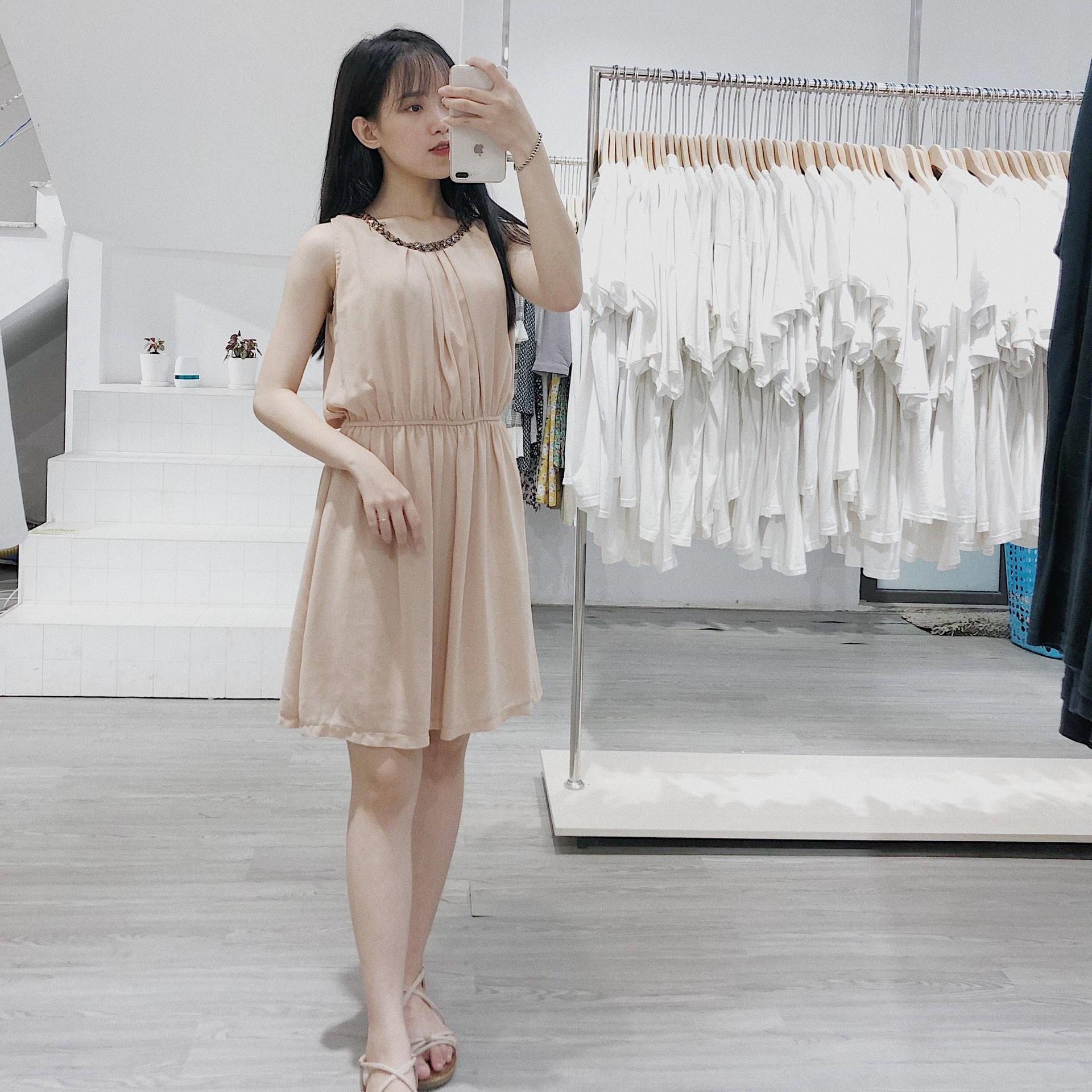 Váy sát nách – mặc sao cho cô nàng công sở vừa xinh vừa hiện đại