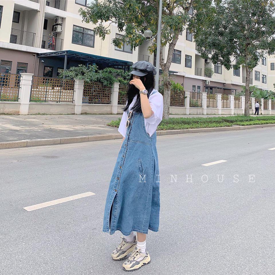 Váy yếm jeans và áo phông – Sự kết hợp trẻ trung, tinh nghịch