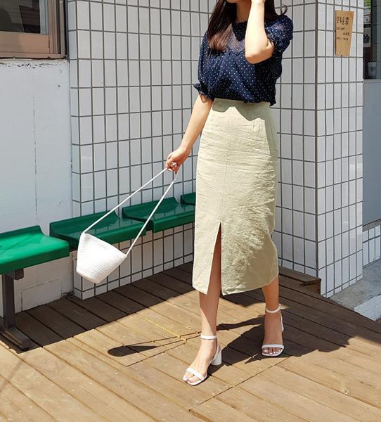 Chân váy bút chì dài xẻ tà: mẫu váy kinh điển cho nàng công sở