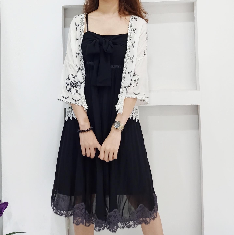 Đừng bỏ qua kiểu váy, áo đen có nhấn nhá họa tiết nếu bạn muốn nổi bật