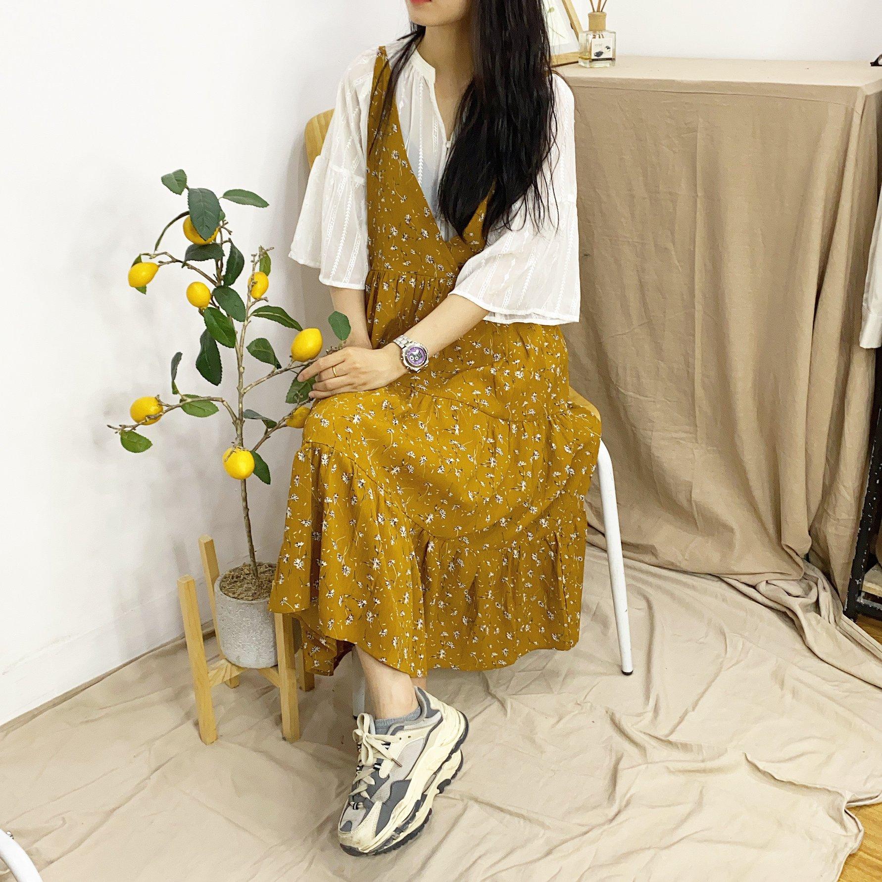 Kết hợp sơ mi cùng chân váy kiểu yếm siêu hợp cho mùa se lạnh